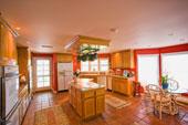 armoires de cuisine et ilôt en bois
