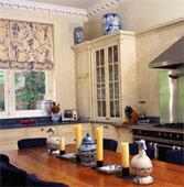 table et armoire de cuisine