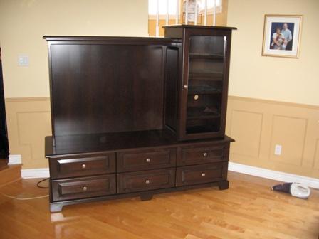 meuble de télévision en merisier avec beaucoup de massif