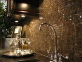 robinetterie et mur d'armoires de cuisine