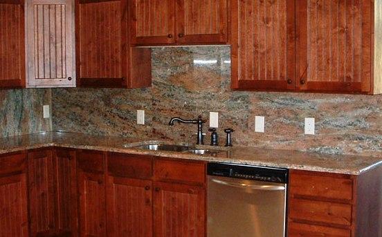 dosseret de cuisine en granite comme le comptoir