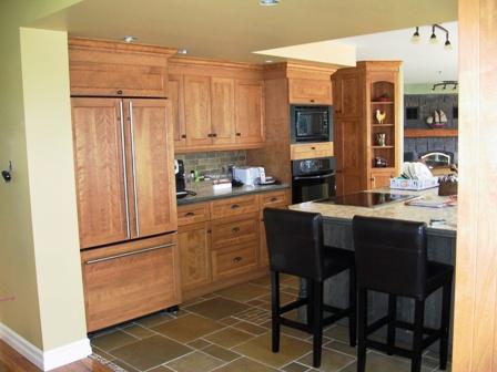 Armoire de cuisine en merisier avec dosseret