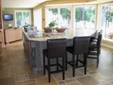 ilôt de cuisine en bois  et comptoir en céramique, armoires de cuisine