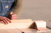 ébéniste coupe de  bois meubles sur mesure
