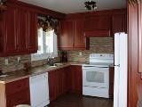 armoires de cuisine polyester et comptoir de stratifié avec bande corian