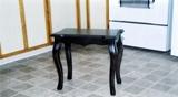 Petite table de bois décorative a patte galbé