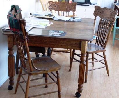 Table ancienne en bois et chaise de bois