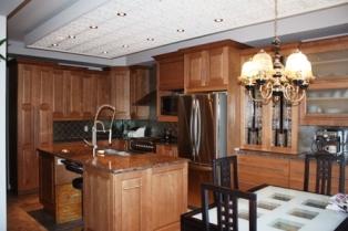 armoires de cuisine en merisier, porte de cuisine avec vitrail, ilot de cuisine double avec espace de travail, comptoir d'armoires de cuisine en granite