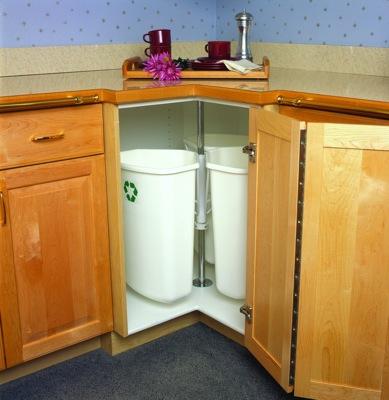 coin d'armoires de cuisine poubelle et récupératio