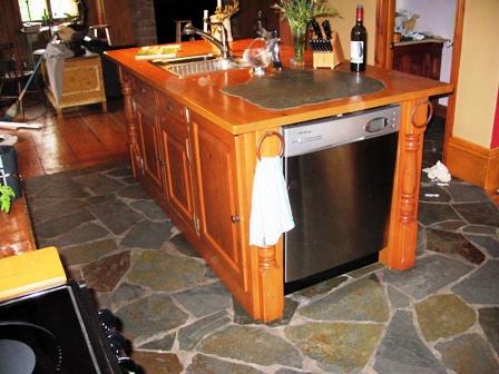 ilot de bois et comptoir en bois avec ardoise