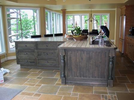 ilot de cuisine en bois merisier et comptoir céramique