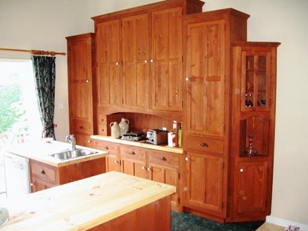 Armoires de cuisine pin noueux et écologique, ilot de cuisine, et comptoir en bois massif