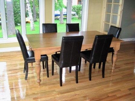 table de bois en merisier et chaise en cuir